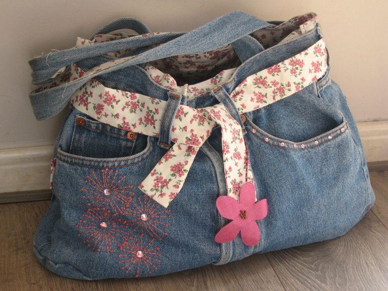 Sac en jean confectionn l 39 aide d 39 un jean coup et d 39 un coton fleuri avec poches customis es - Faire un sac avec un jean ...