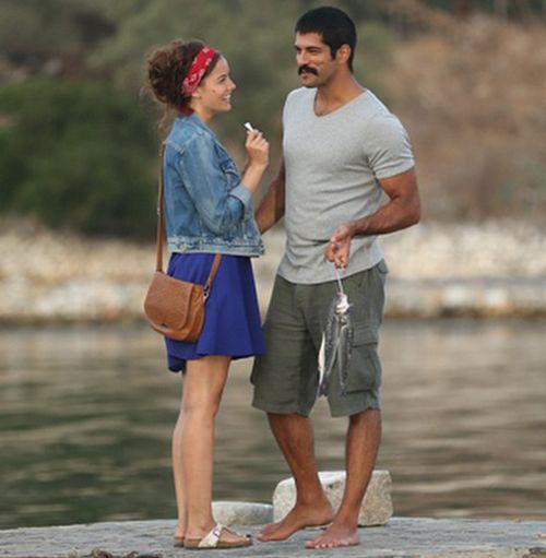 Ask Sana Benzer In Fragmani Ve Film Afisi Yayinlandi Burak Ozcivit Ve Fahriye Evcen In Buyuk Merakla Beklenen Sinema Fil Famous Couples Turkish Film Couples