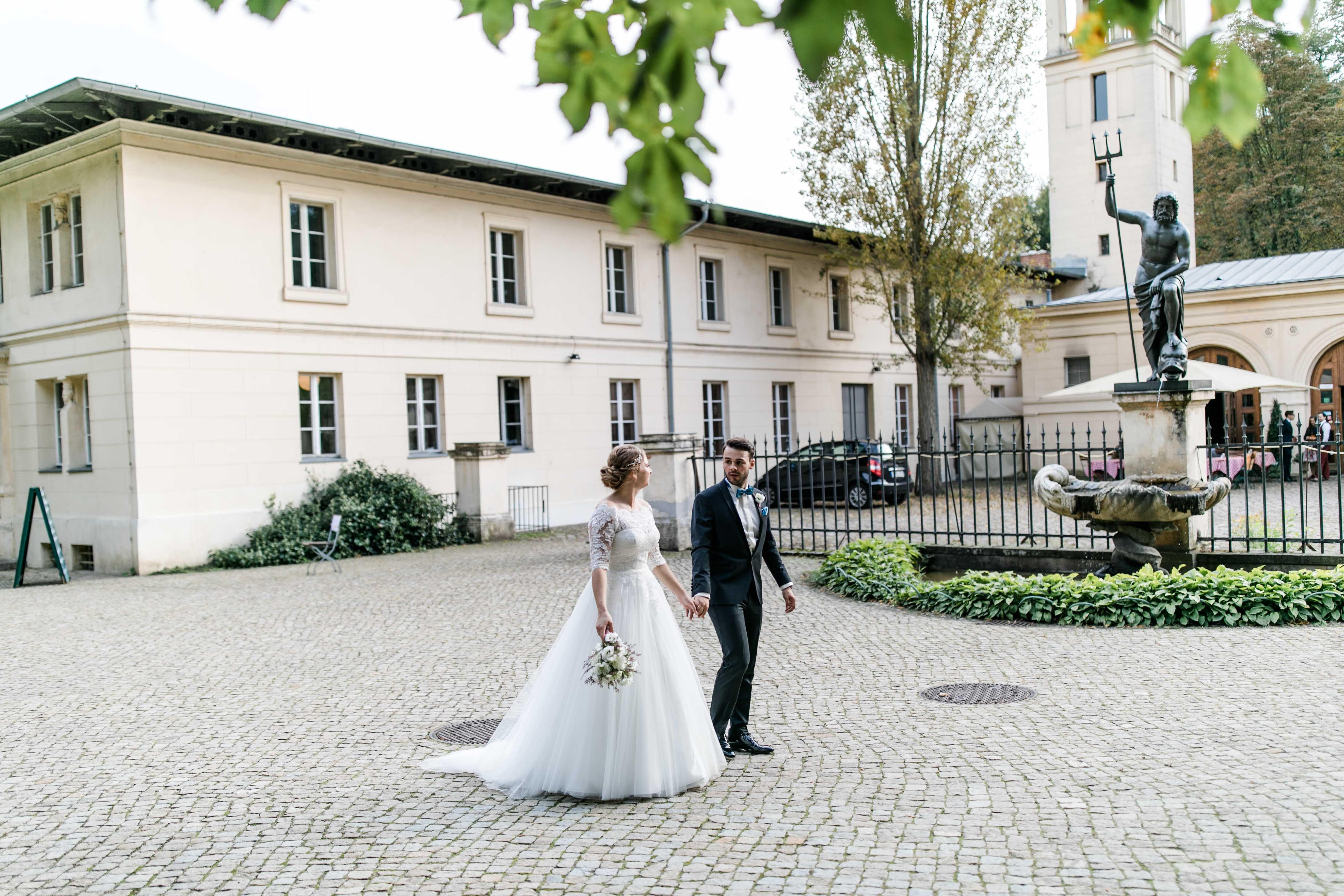 Hochzeit Schloss Schloss Glienicke Hochzeit Potsdam Brautpaarshooting Brautkleid Lace Spitze Brautstrauss Hochzeitsdekoration Hochzeit Hochzeitsfotograf