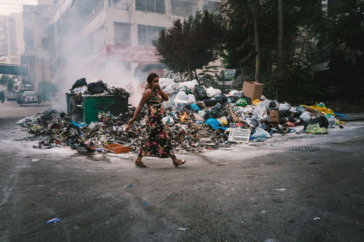 Apestáis - La basura se amontona en las calles de Beirut - Karim Mostafa (2015)