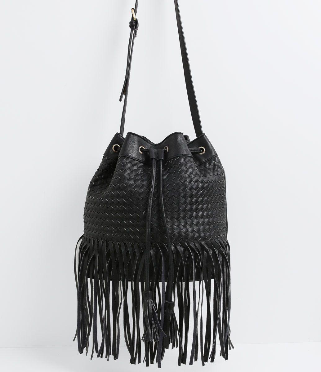 7c48306e2 Bolsa feminina Modelo bucket bag Em tressê Com enforcador Com franjas Alça  transversal Marca: Satinato