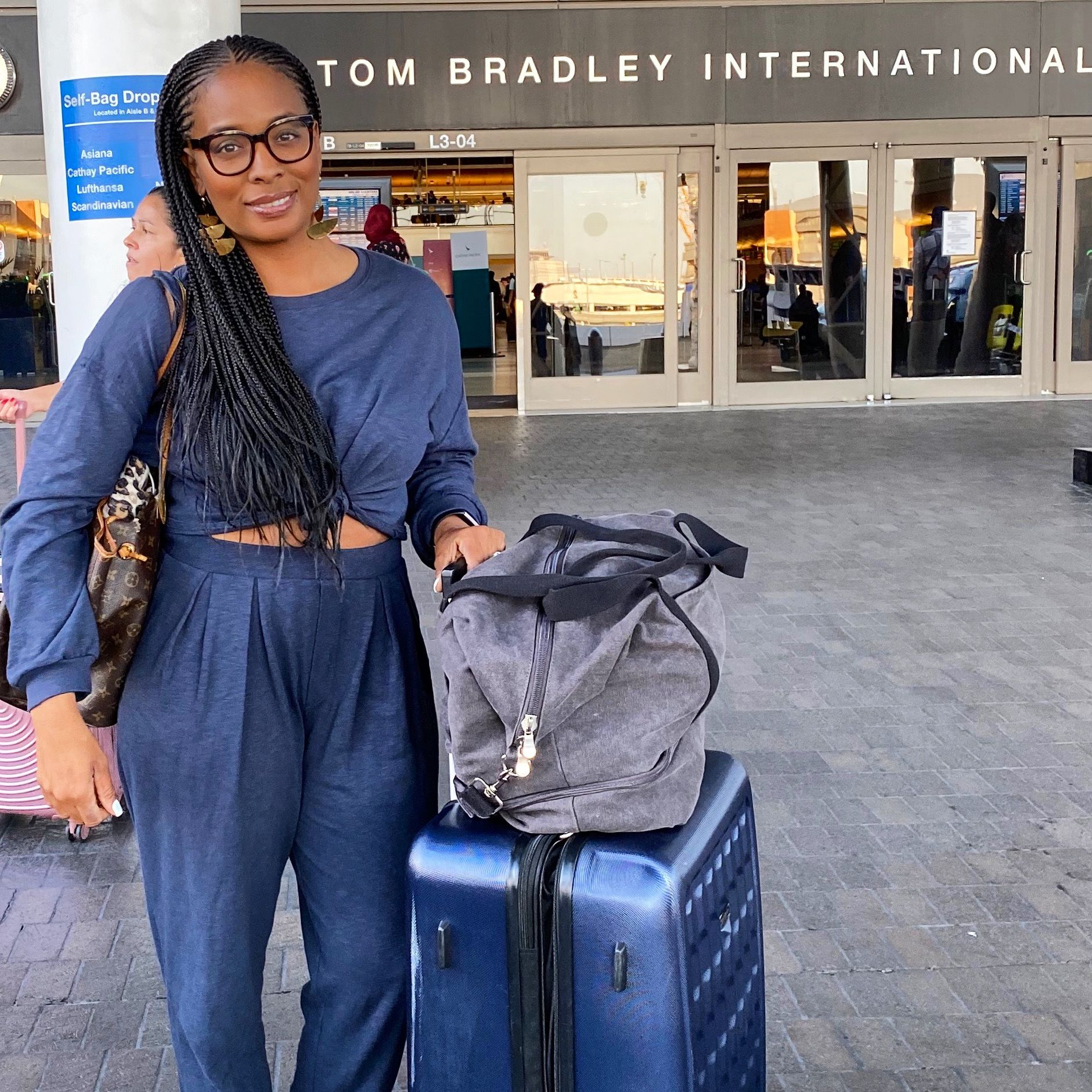 Finding ways to be fashionable and functional when traveling can be hard, but with a little planning its not impossible. #travelfashion #fashiontips #traveltips #travelflow #travelstyle