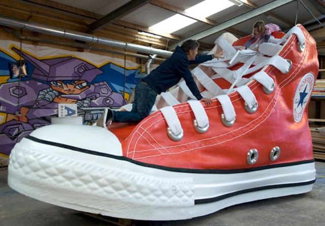 Por encima de la cabeza y el hombro guía Amoroso  Giant Shoes Parade – in Spain :: Geomerid.com   Guiness world records,  Converse tennis shoes, Converse