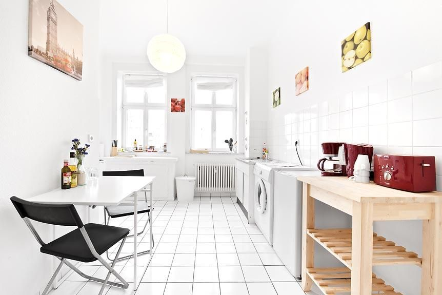 Große, modern eingerichtete Küche mit Sitzgelegenheit - essecken für küchen