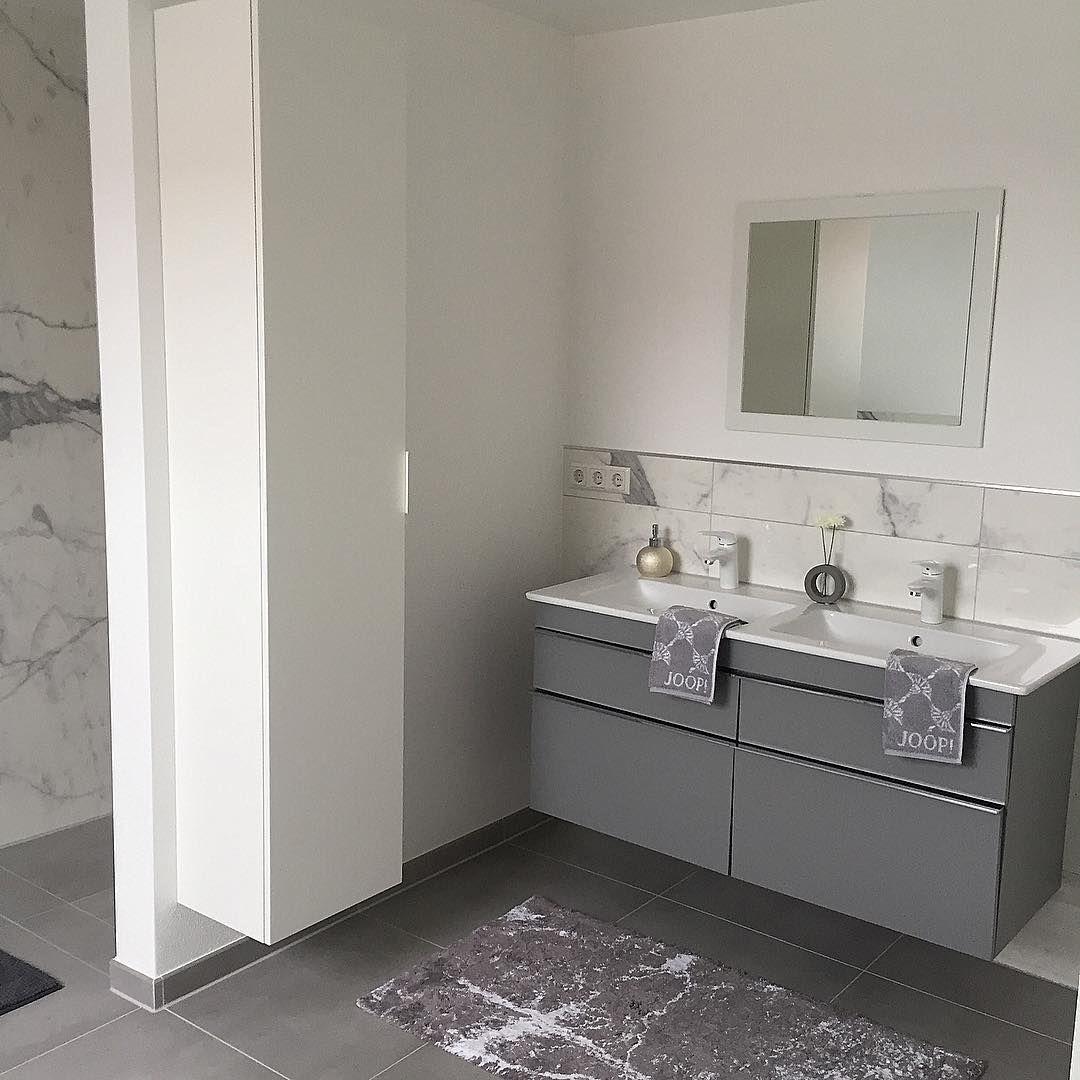 Werbung Wegen Markierung Nur Noch Einen Schonen Grossen Spiegel Und Paar Bilder An Die Wand Dann Wird Diese Bathroom Mirror Lighted Bathroom Mirror Bathroom