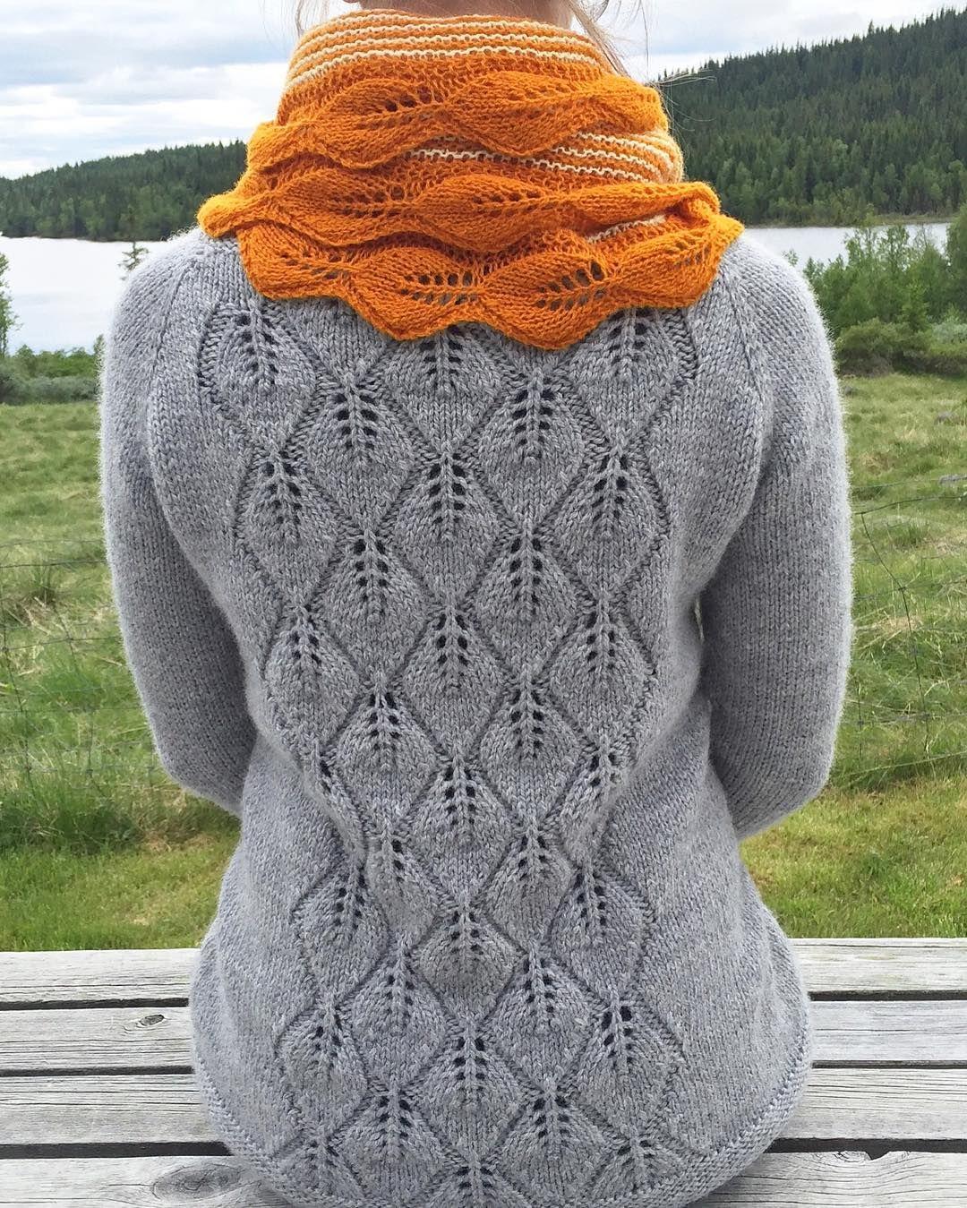 """Sommerens mest brukte antrekk! #løvlisjal brukes som regel som skjerf og #løvfallkardigan brukes så ofte at jeg har begynt å """"spare"""" den for å ikke slite den ut.  Nye er på pinnene!  Loving these! #fallingleavescardigan and #lovelyleafshawl  #norwegiansummer #mydesign"""