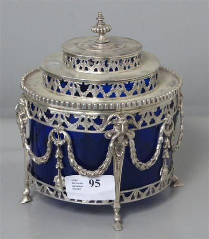 Confiturier en argent à décor ajouré de guirlandes, masques de bélier et piètement sabot. Intérieur en verrine bleue. PAYS-BAS, 1814-1953. Poids: 542 grammes. AC