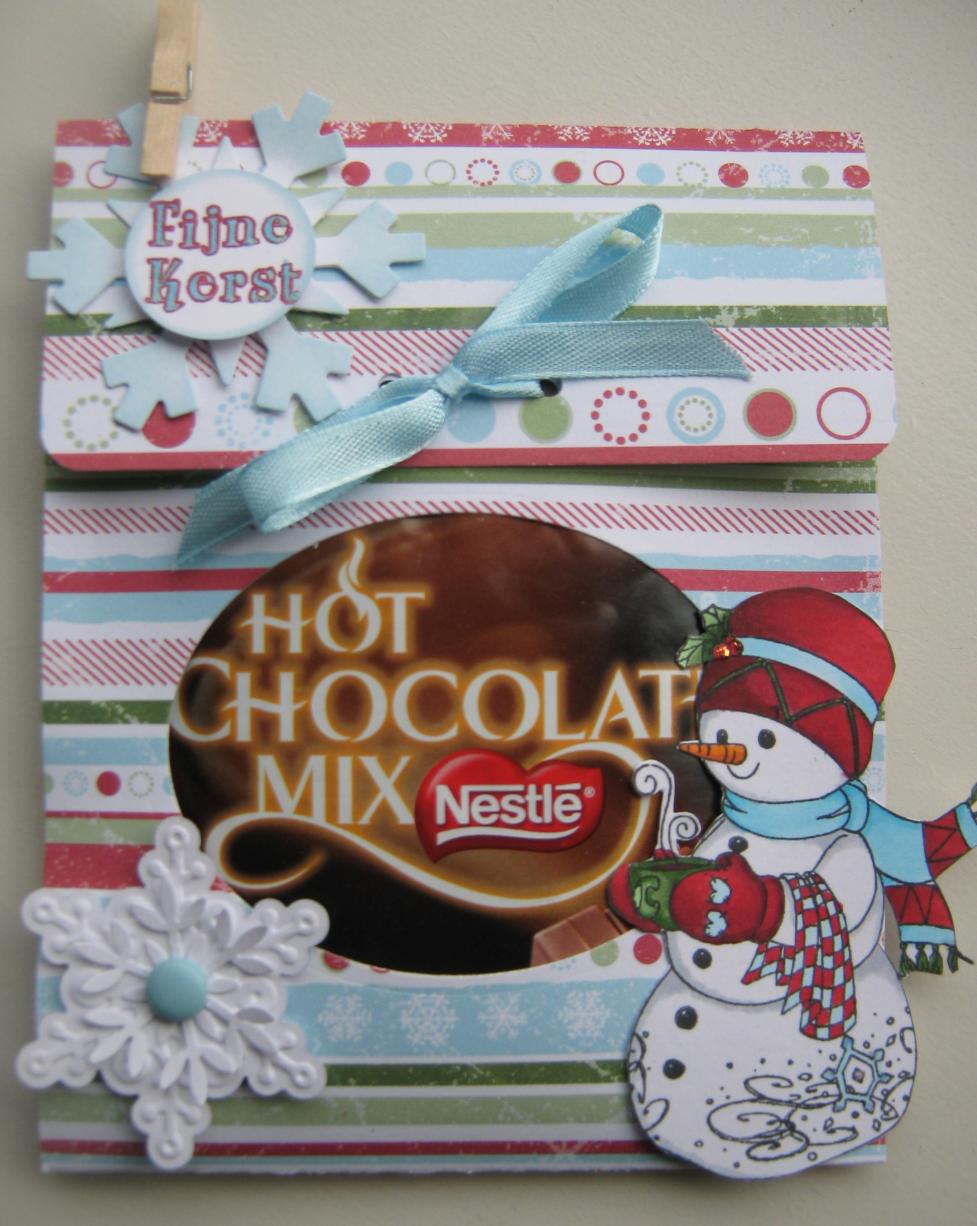 Hallo allemaal,  Voor de kerstmarkt had ik deze mokken met inhoud gemaakt.   Mokken bij de Xenos gekocht, zakjes hot chocolat en marshmello...