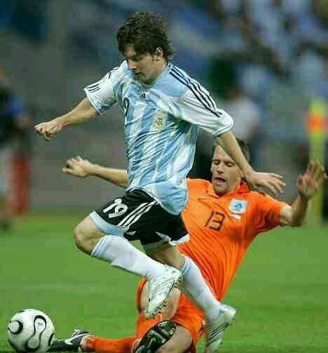 Holland 0 Argentina 0 In 2006 In Frankfurt Lionel Messi Goes Over Khalid Boulahrouz In Group C Worldcupfinals Argentina Mundial Argentina