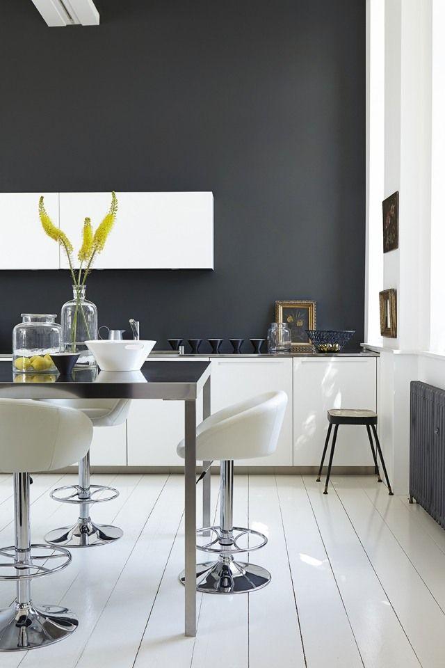 большая белая кухня фото темная стена | кухня интерьер чёрно-белый ...