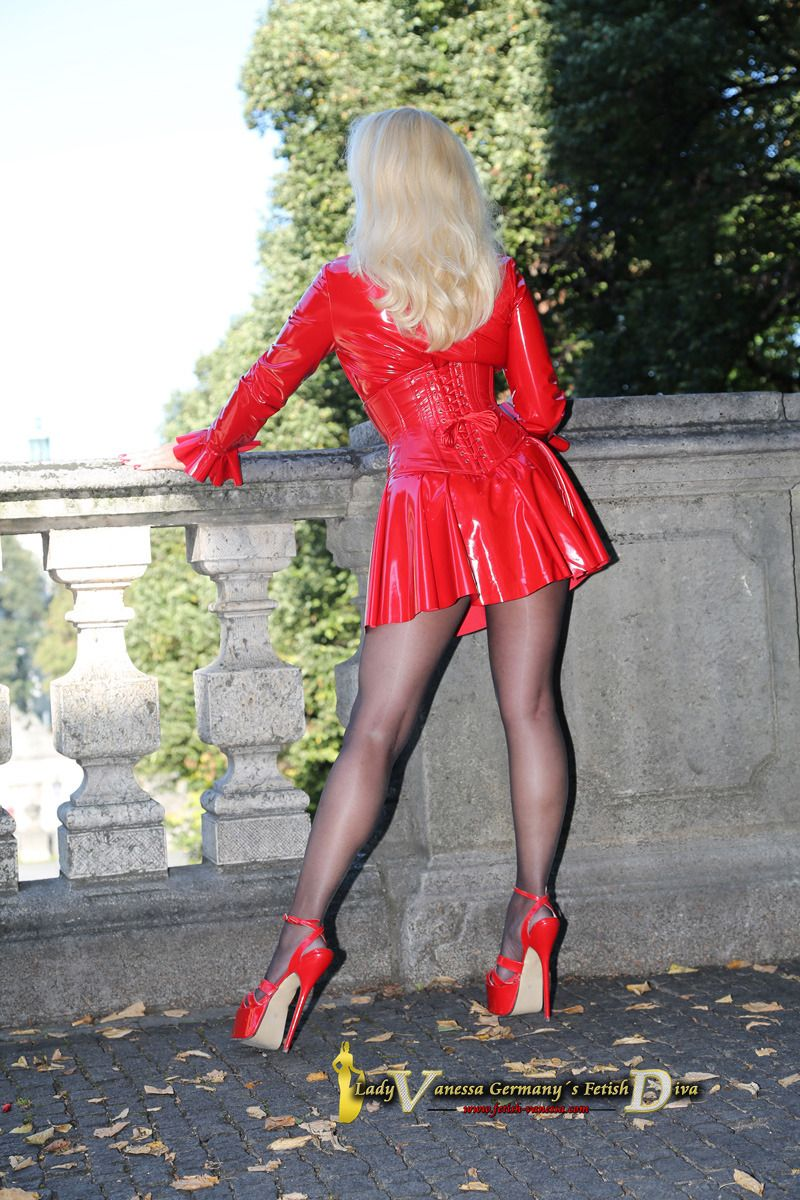 06741dd51724f6 Worshipping Lady Vanessa!  shinygirlsxoxoxo  A German fetish goddess ...
