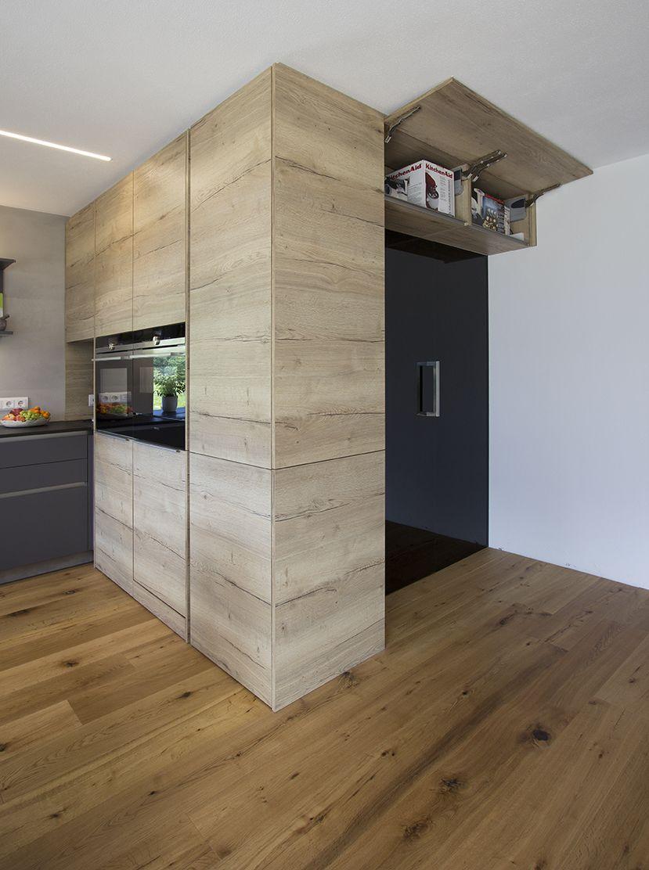 Begehbarer Vorratsschrank in der Küche. Diese Stauraumlösung bietet ...