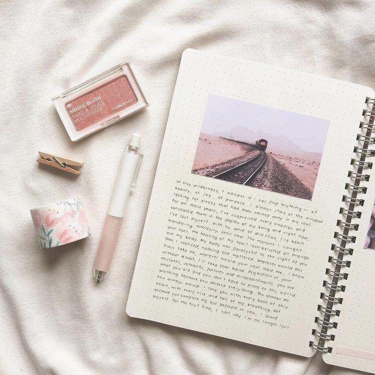 Folleto con una postal por página con un pequeño texto por vacaciones …