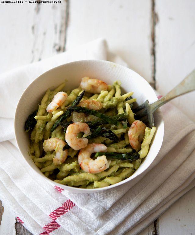 Trofie con pesto di asparagi e gamberetti (Trofie with pesto asparagus and shrimps)