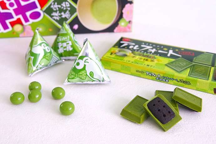 Matcha Or Powdered Green Tea Flavored Sweets Are Hot Now 日本のお菓子 お菓子 菓子