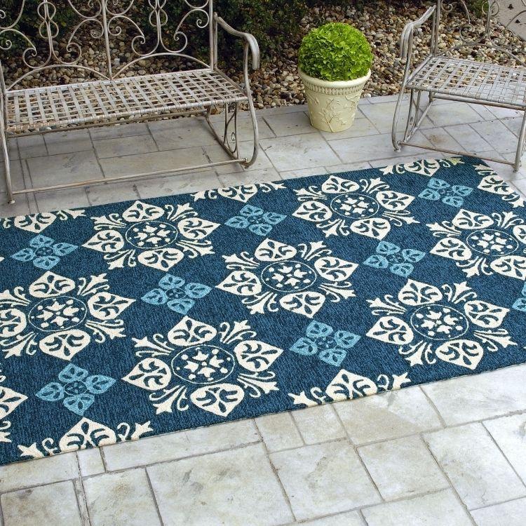 outdoor-teppiche-design-bunt-muster-laeufer-blau-weiss-ornamente - gartenmobel weis metall