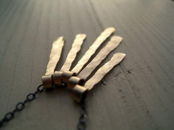 5 lingotti doro sono filettati sul filo ossidato argento e creati questa collana semplice e unica. Le barre sono realizzati a mano da me di