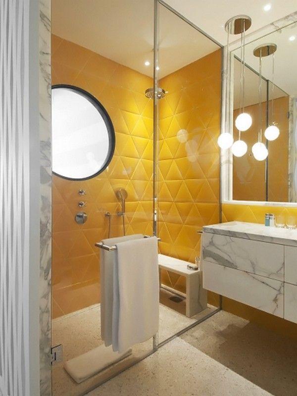 Banheiro moderno com azulejos 3d amarelos e Bancada com gabinete de