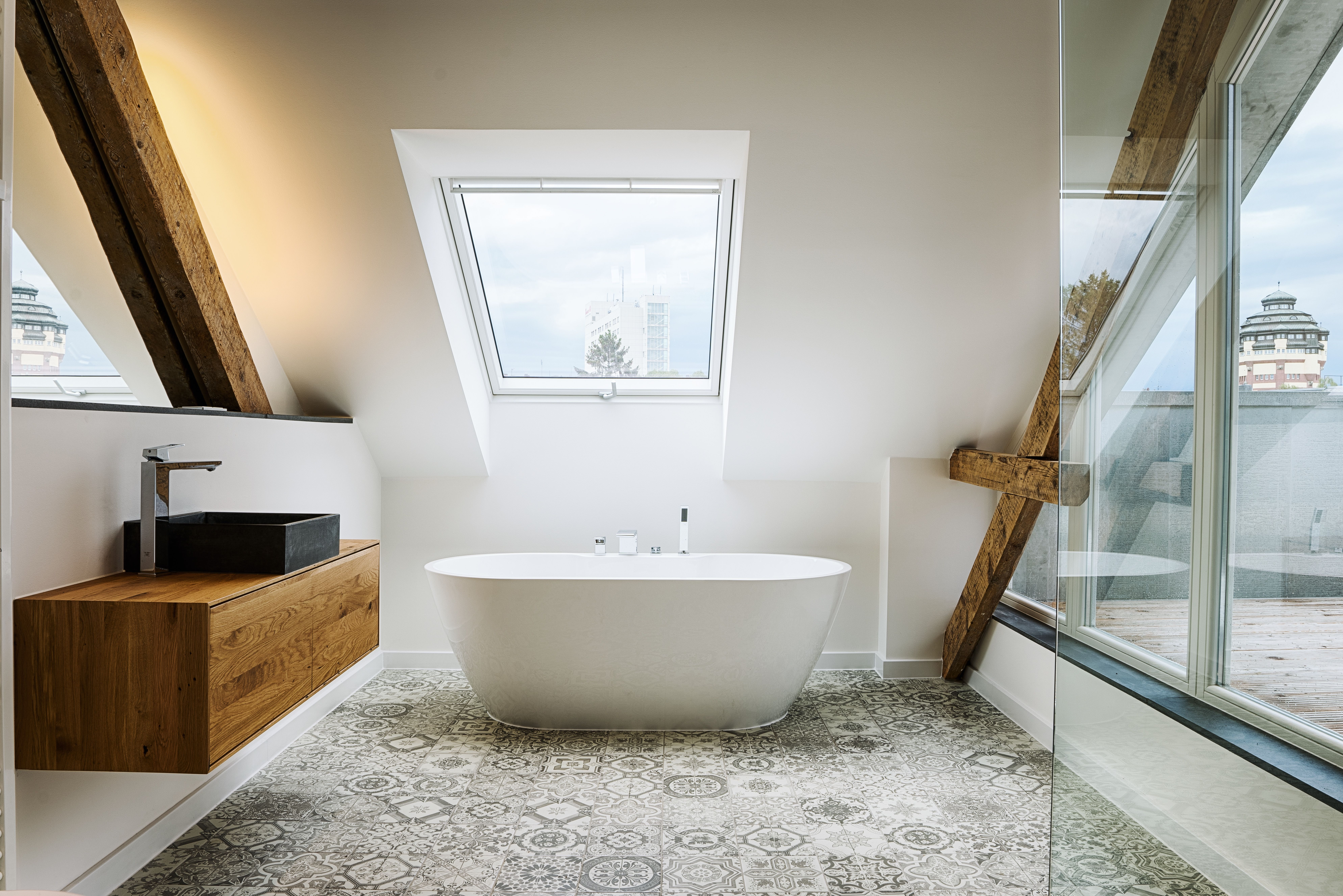 Modernes Badezimmer Mit Altbau Elementen Badezimmer Dekor Kleines Bad Dekorieren Kleines Bad Renovierungen