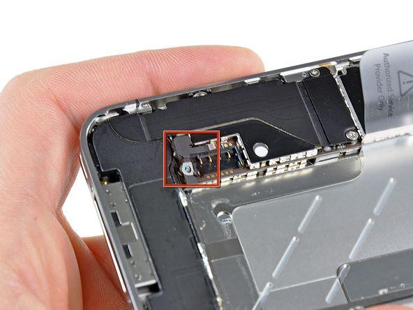 6. Vær sikker på at trykkontakten (vist med rød firkant) er rigtigt placeret ved siden af batterikontakten, før du tilkobler batterikontakten. Sørg for at rense alle metal-til-metal kontaktpunkter på trykkontakten før montering, samt kontaktpunktet på bagsiden med et affedtningsmiddel som Windex (96% etanol alkohol fungerer også godt, men sørg for at kontakterne er tørre når du er færdig). Olie på fingrene kan forårsage trådløse forstyrrelser.