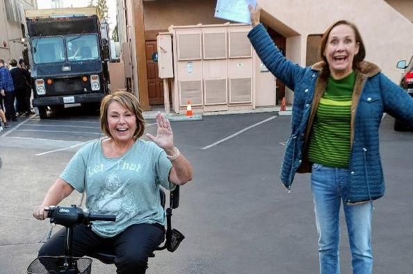 Roseanne Barr Shares On Set Photo With Laurie Metcalf From Roseanne Roseanne Barr Roseanne Tv Show It Cast