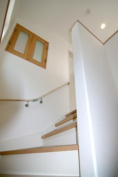 階段を上がる際に見えるのが室内窓 室内窓マドモ 子供部屋に設置し