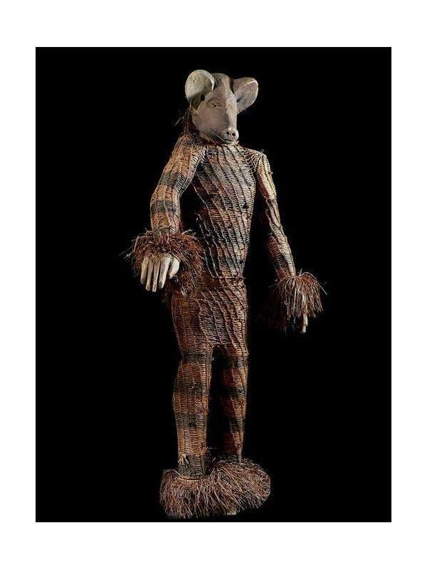 Les statuettes Pende sont relativement peu courantes, et peu de documentation sur le sujet existe. Les sculptures représentant des féminités étaient conservées sur des autels d'ancêtres. Mais la relation avec les ancêtres reste non éludée. Certaines statues de femme avec trois enfants étaient associées avec certains types de maladie, causées par les rêves.