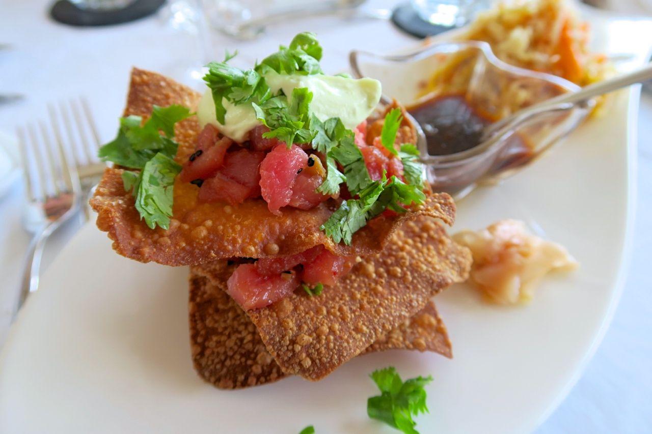 Wan Tan Knuspertürmchen mit Thunfisch-Tatar & Mango-Papaya-Salat