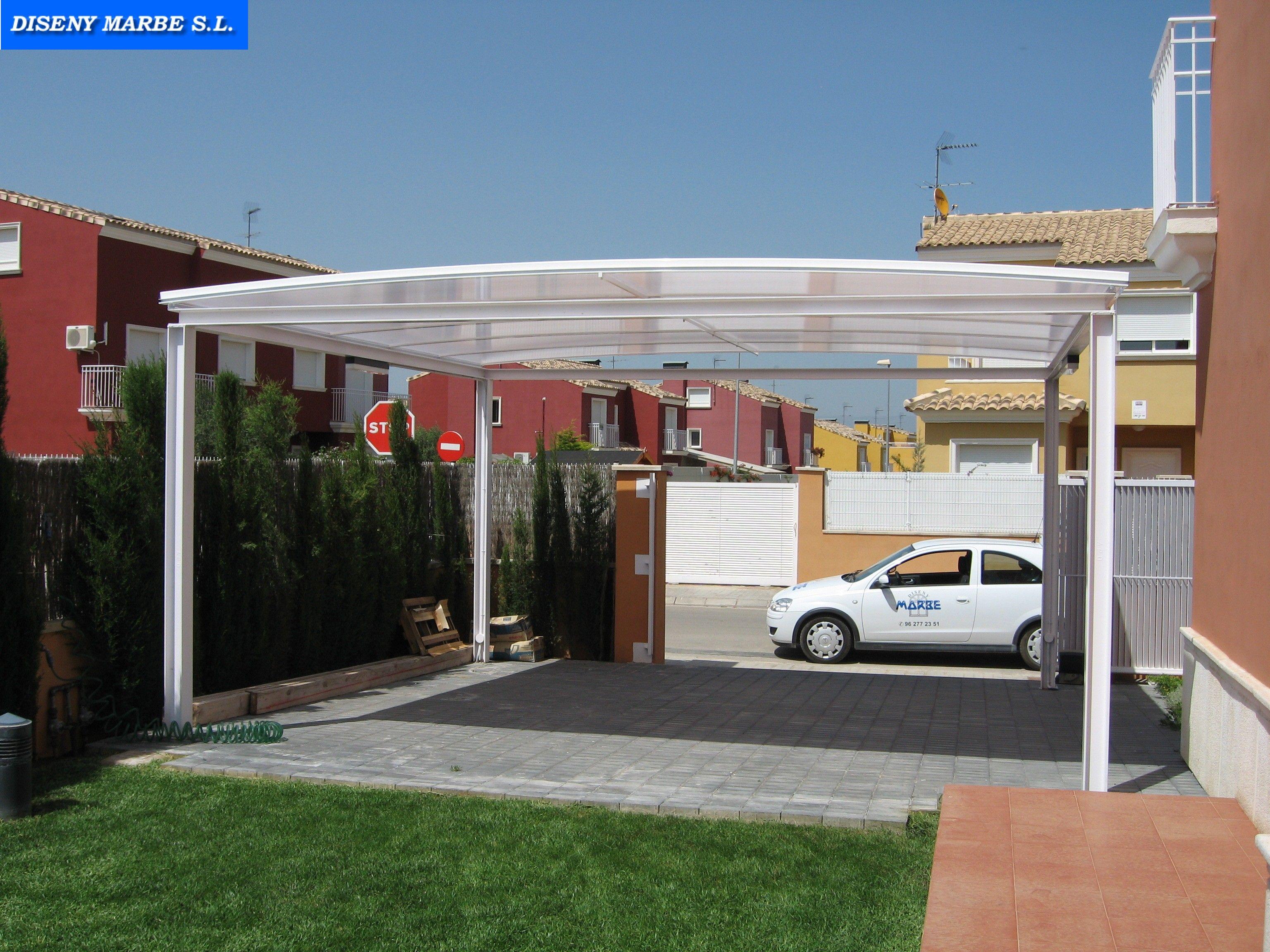 Techo para parking coche formado por bastidor de hierro y for Materiales para terrazas