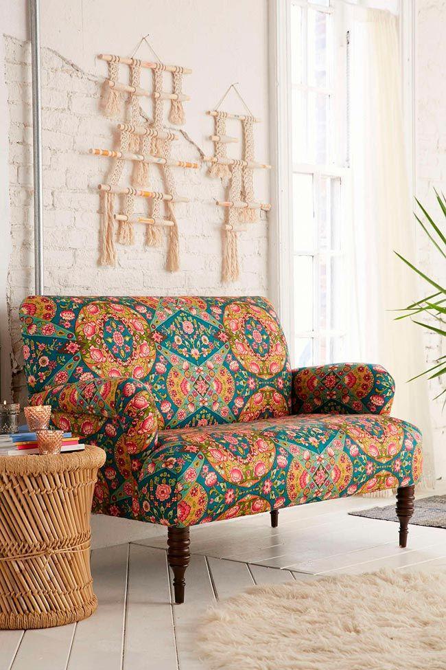 12 sofás con estampados llamativos y cómo combinarlos con estilo