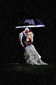 Wedding Photo In The Rain Using Flash And An Umbrella During The Night Love This Photograph Wedding Prewedding Photography Wedding Photography