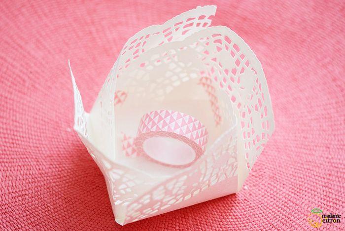 折り線に従って、立体的に立ち上げたら、内側をマスキングテープで固定します。外側もマスキングテープでくるっと一周巻きつけてデコレーションしたら、できあがり。
