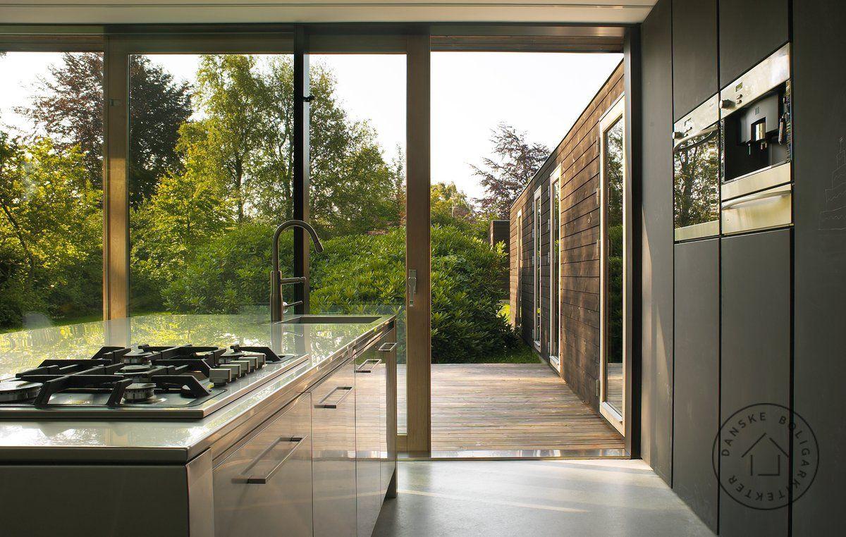 Kig fra køkkenet og ud i haven