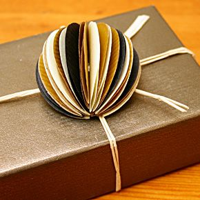 pompon en papier kraft emballage cadeau sur 100 mag artisanat pinterest pompons en. Black Bedroom Furniture Sets. Home Design Ideas