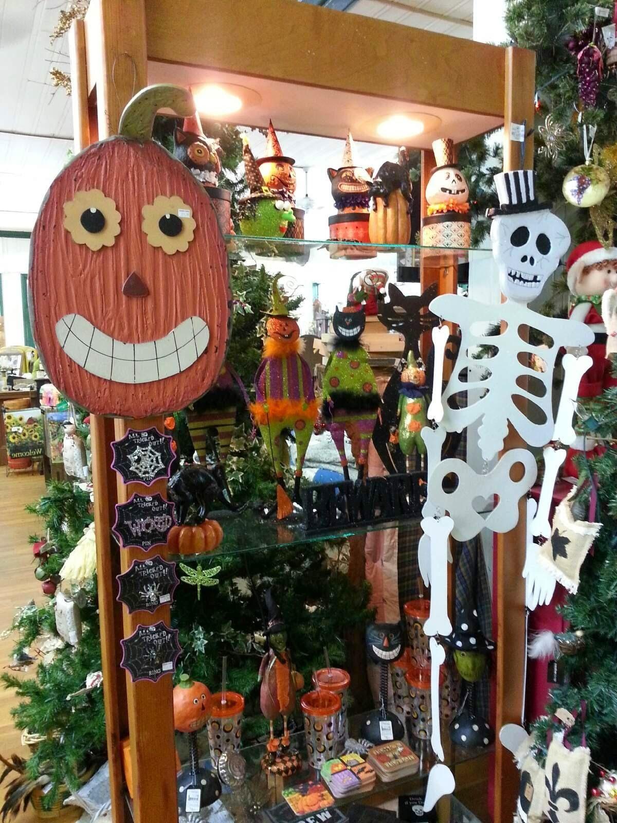 Love the bright orange pumpkin for a front door fall / Halloween - halloween front door decor