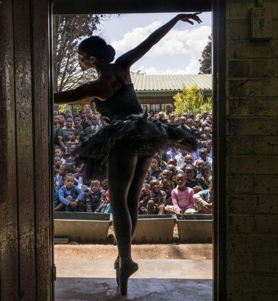 Joburg Ballet, Killy Phetla, danst in een klaslokaal in de Nka-Thuto Primary School in Johannesburg, Zuid-Afrika. http://www.nrc.nl/inbeeld/2014/10/19/de-indrukwekkendste-fotos-van-de-afgelopen-week-20/