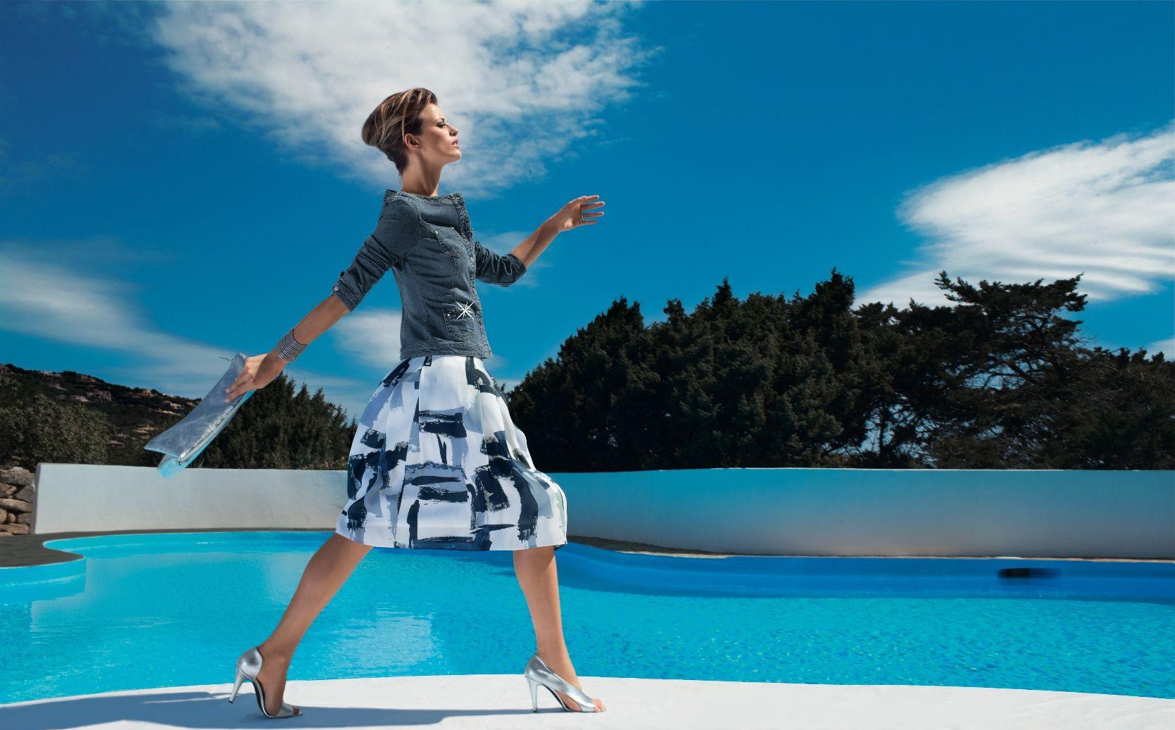 Collection P/E 2015 - Lookbook Feeling. Grand bleu. La veste en jean près du corps et légèrement cintrée redessine la féminité de la silhouette tout en s'illuminant de détails somptueux. Le denim s'affiche ici tout en douceur, faisant royalement l'impasse sur le col et brillant par sa présence. Quant à la jupe, chaque modèle est unique ! Joliment ajustée sur les hanches, elle est sculptée par un jeu de plis couchés devant et au dos nourrissant une belle largeur virevoltante à la base.