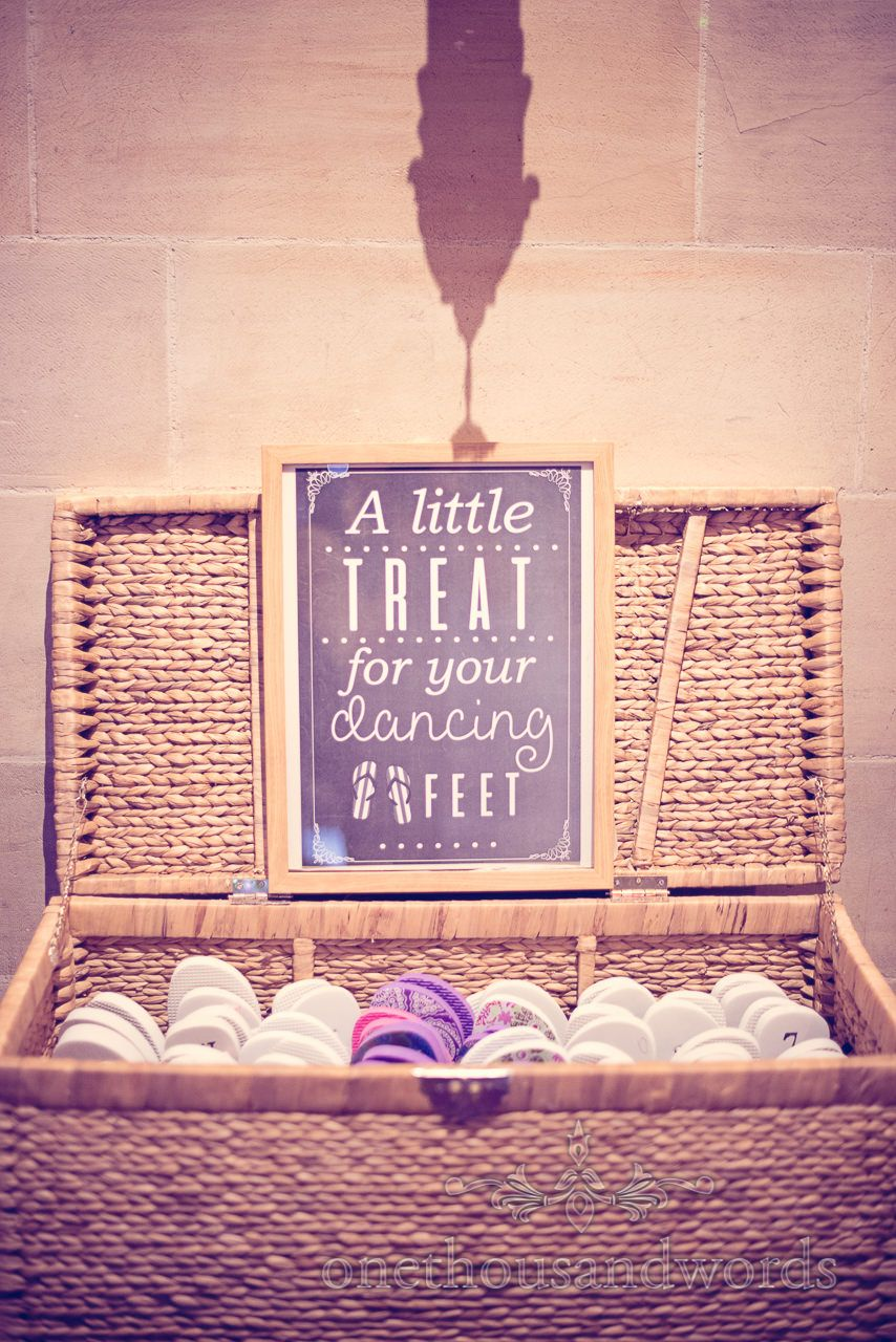 b410b69703677f Wedding flip flops basket with a little treat for your dancing feet sign.  Photography by one thousand words wedding photographers