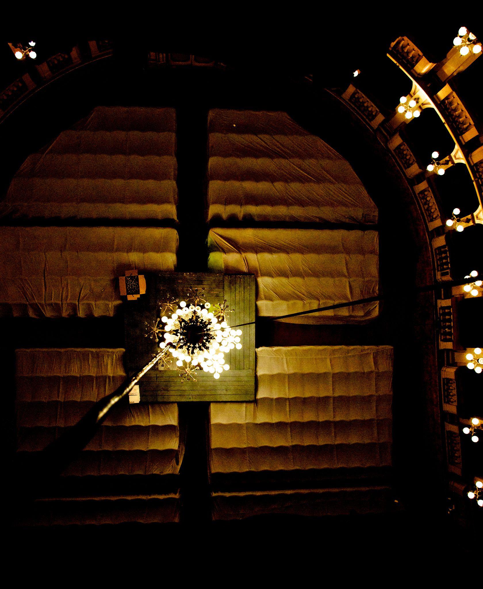 """https://flic.kr/p/oXMc4n   Teatro Comunale di Bologna   Lavori di manutenzione al lampadario centrale. In questa occasione il lampadario viene abbassato a livello platea, vengono lavate tutte le coppette in cristallo e sostituite tutte le lampadine.  Questa foto è stata ripresa dalla cosiddetta """"lumiera""""."""