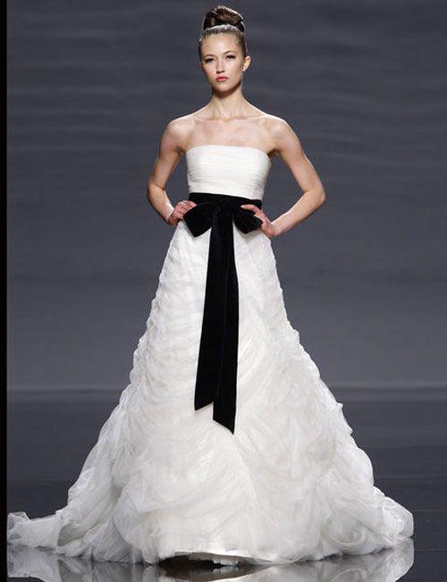 Vestido de novia con lazo negro a la cintura de Rosa Clará