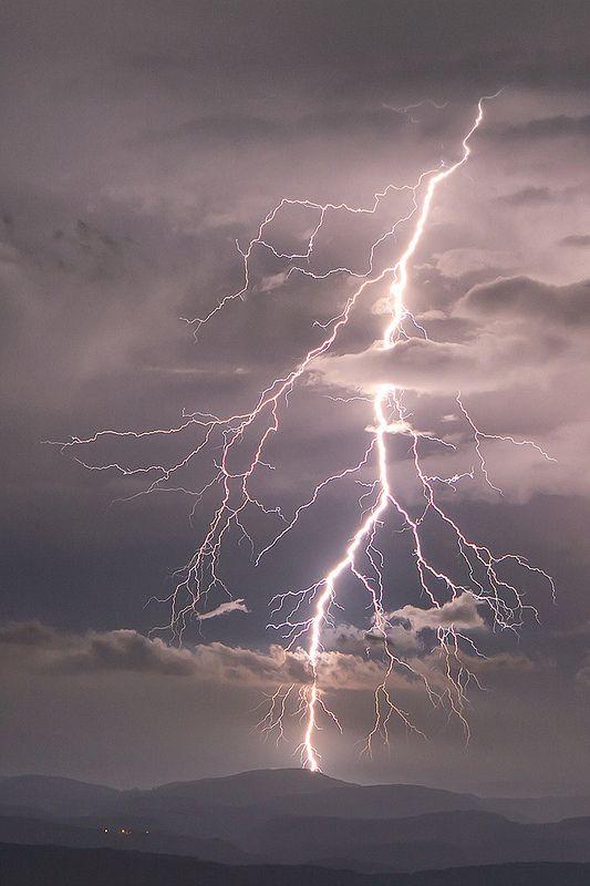 Lightning • by Regarde là-bas