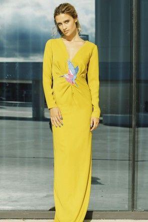 vestido de fiesta largo amarillo mostaza drapeado con pajaro bordado para invitadas bodas eventos de apparentia collection otono invierno