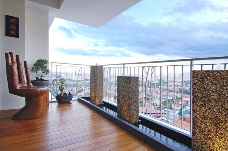 Balkon gestalten - Dielenboden, moderne Möbel und Bonsai Bäume - balkonmobel design ideen optimale nutzung