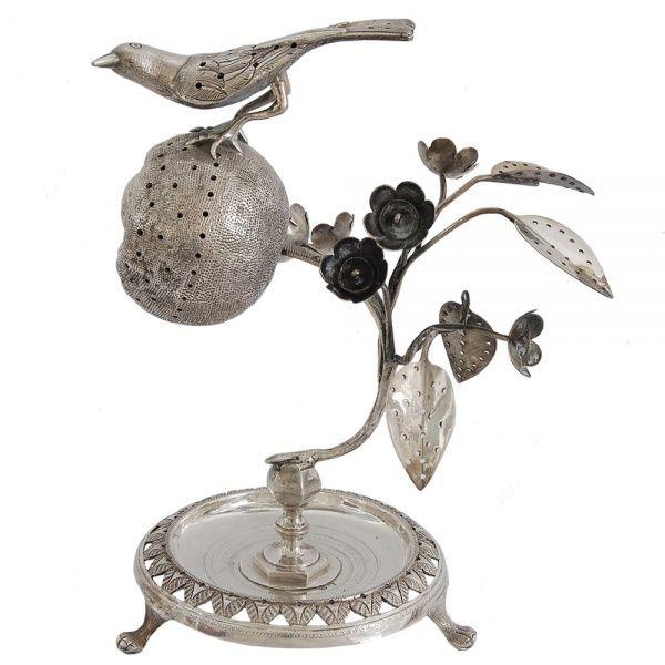 Raríssimo e importante paliteiro em prata brasileira, do Rio de Janeiro representando pássaro sobre
