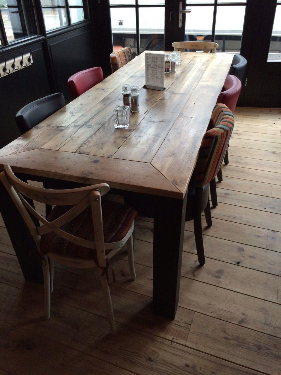 Stamtafel stoer steigerhout met zwarte blokpoot. | Tafels