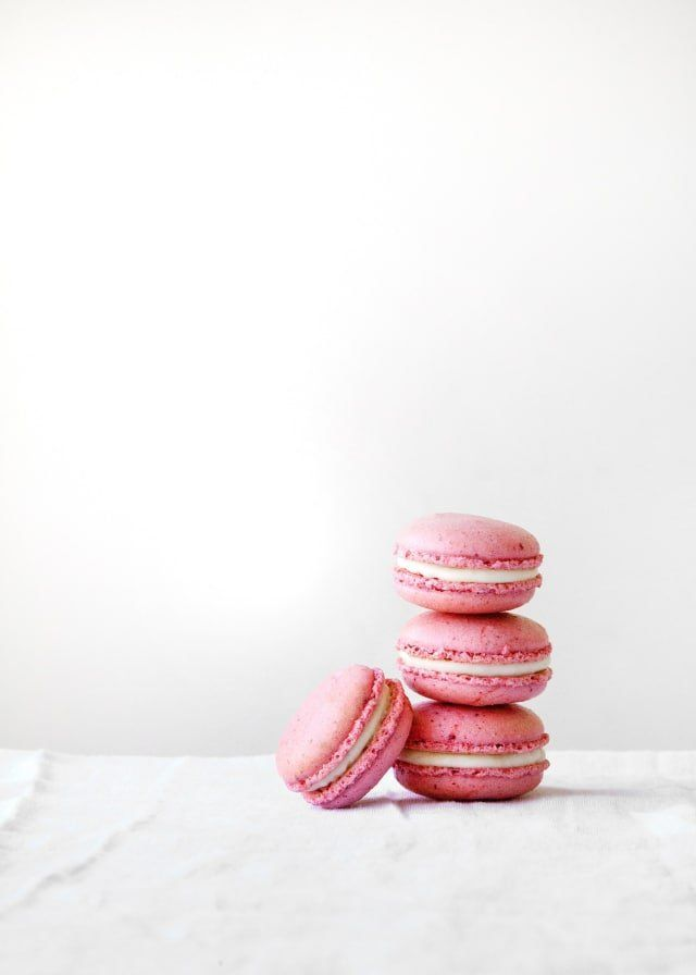 Raspberry-Coconut French Macarons #freezedriedraspberries