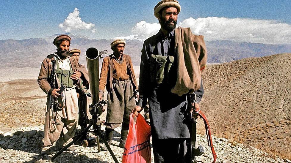Torstaina netissä levisi kulovalkean tavoin kuva Afganistanin aavikkomaisemissa suomalaista muovikassia kantavasta sissistä.  Torstaina sadat ihmiset jakoivat hämmennystä herättänyttä kuvaa Valintatalon muovikassia kantavasta afgaanisissistä. Kuva: toimittaja Rauli Virtanen.