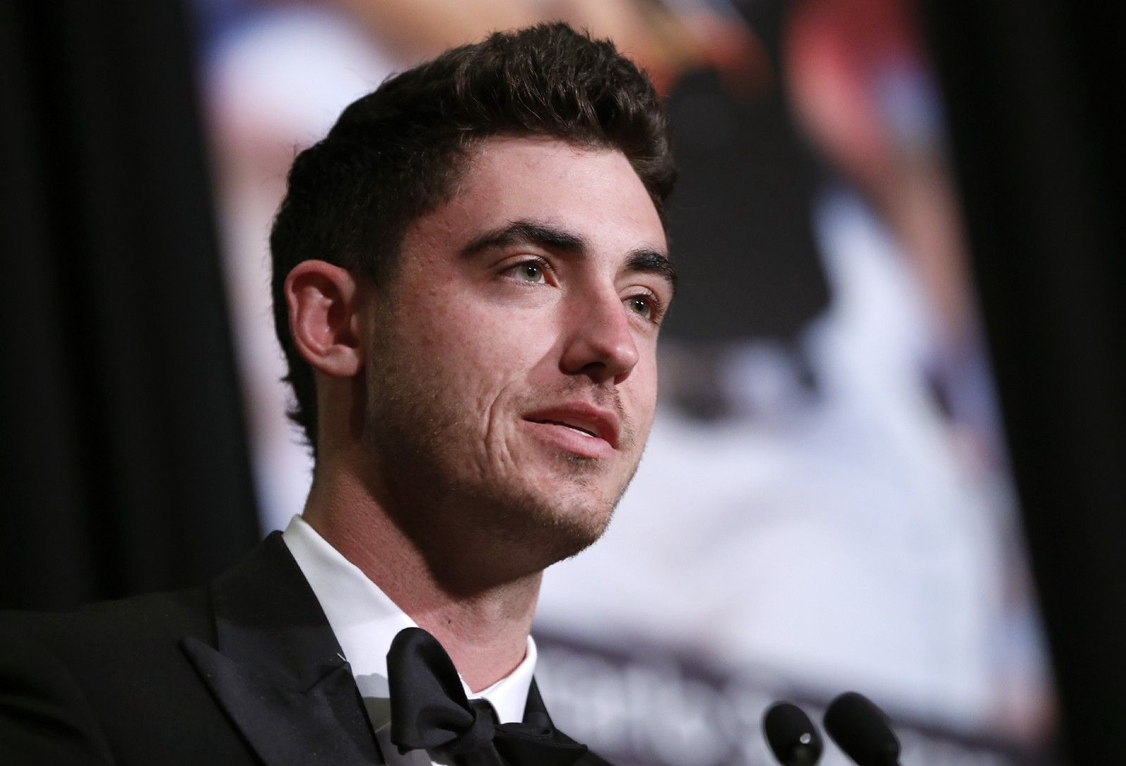 Watch: @Cody_Bellinger received his #RookieOfTheYear Award from his dad at Sunday's BBWAA Awards Dinner in New York