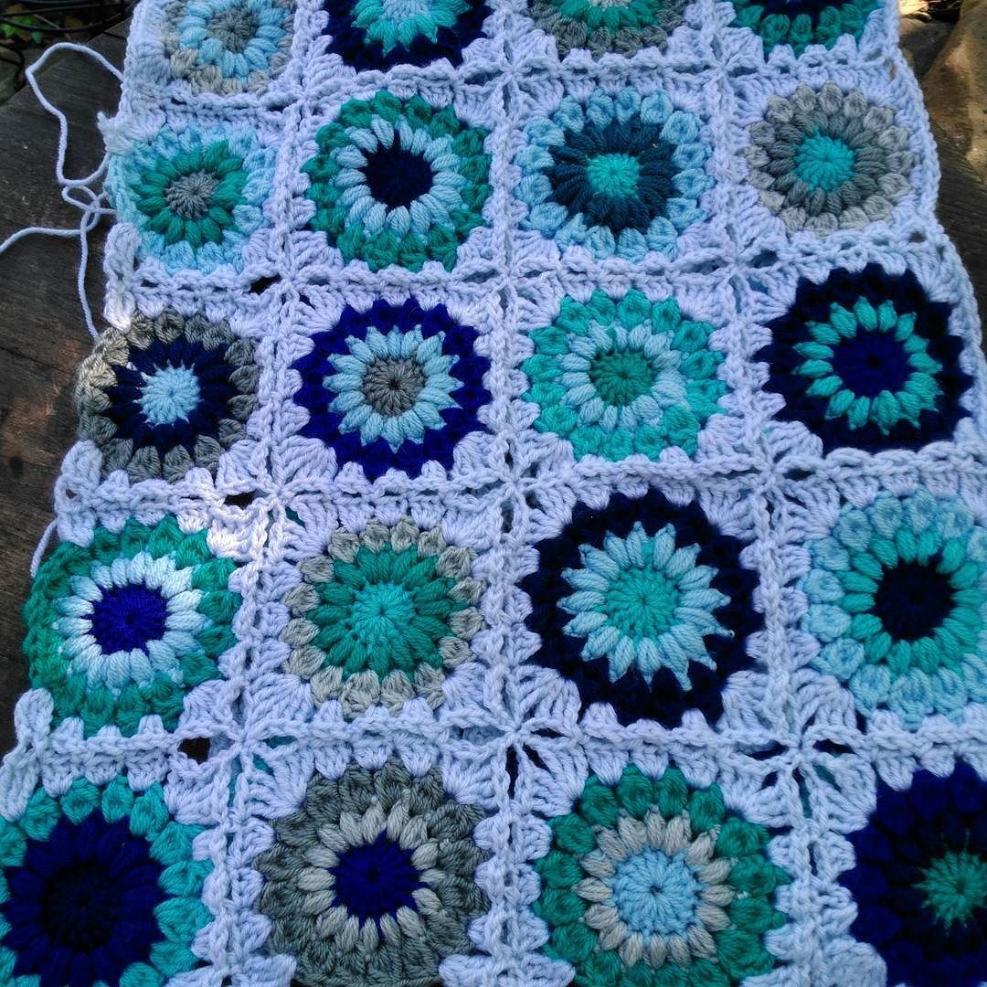 angelarae63 Hello  Friends! Hope your day has been wonderful.  Someone left this @downtown_knits with lots of yarn and completed centers.  I'd like to finish it.  Does anyone know of a good video for #joinasyougo ? I haven't tried it before.  I could easily wing it but I'd like to do it properly.... This is so lovely!  #crochet #crochetaddict #crochetersofinstagram #afghan #granny #grannysquare #sunburstafghan