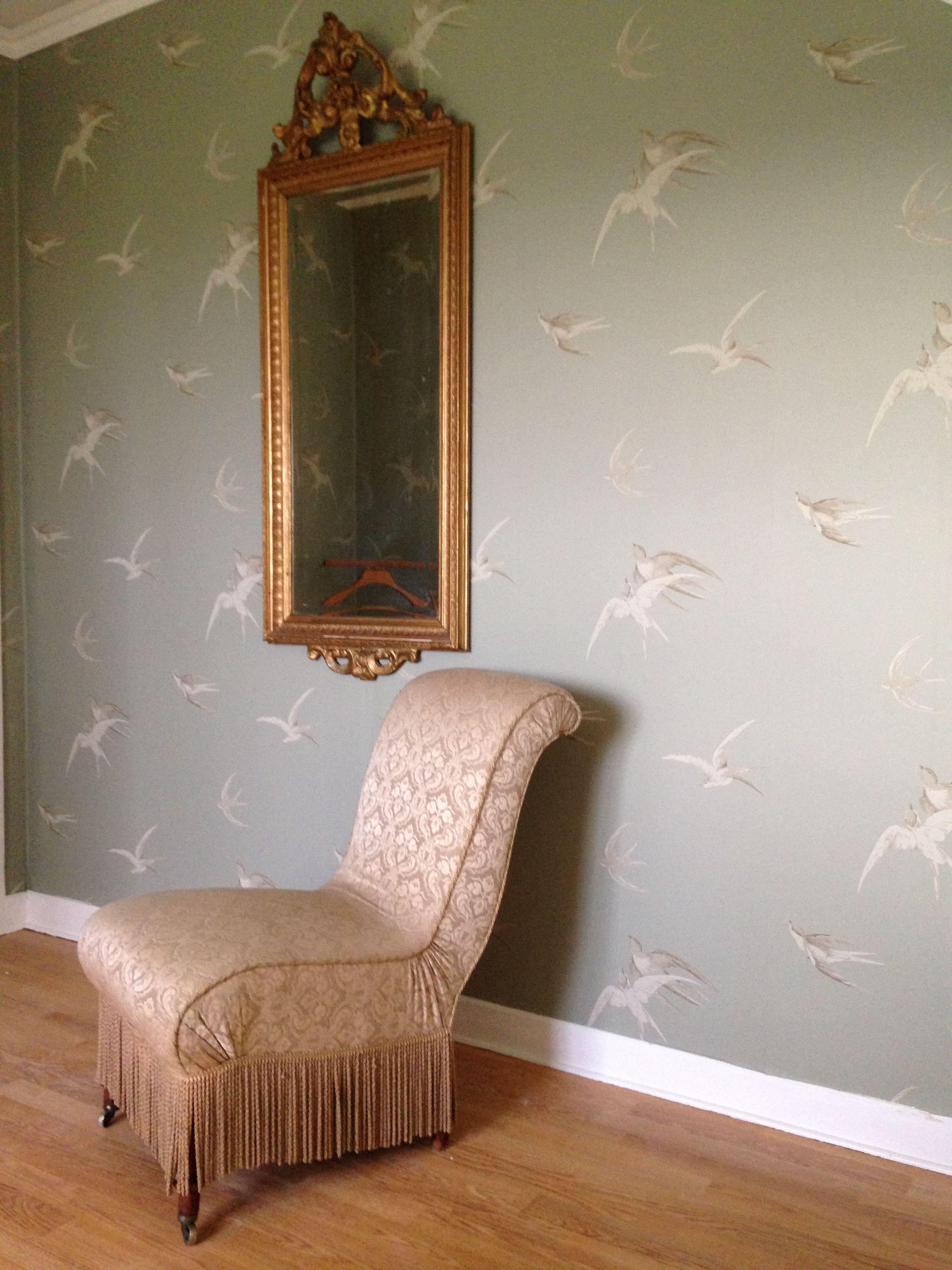 Vägg i sovrummet Bedroomwall Wallpaper: Sanderson Vintage Swallows Pebble Chair: Vintage / Effecta Auktionsbyrå Mirror: Vintage / Broarna Auktioner